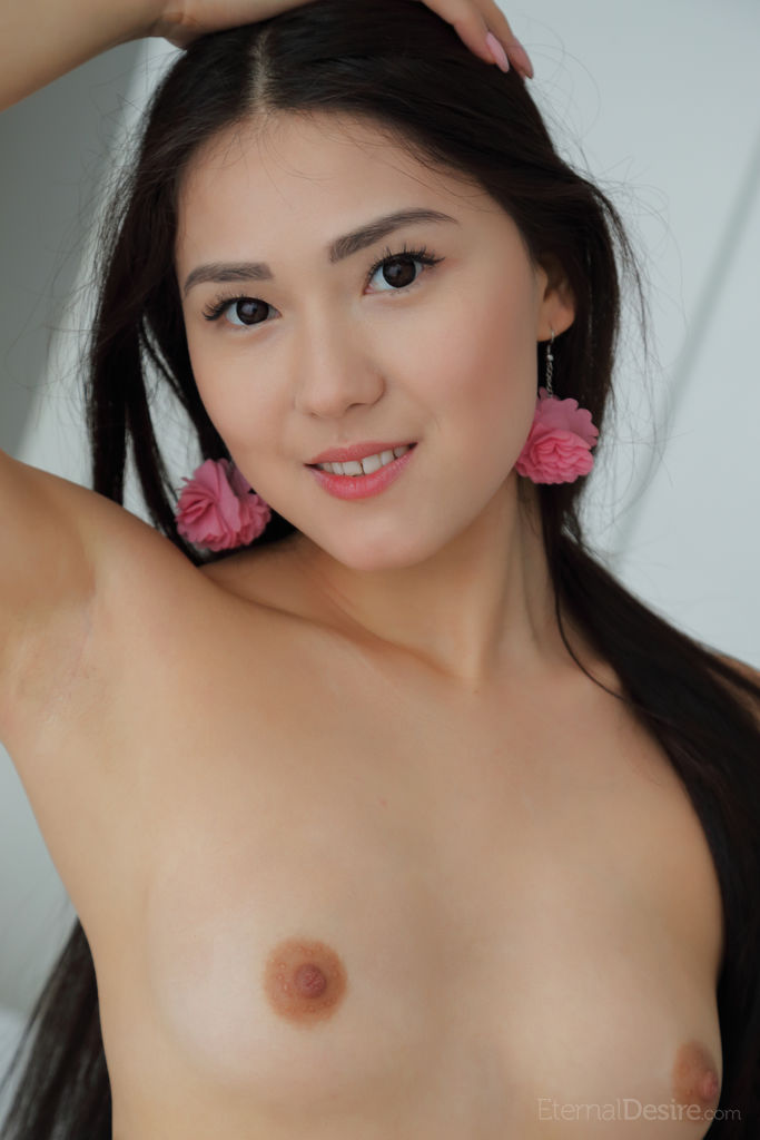 Hot Brunette Kimiko Sexy Naked Picture