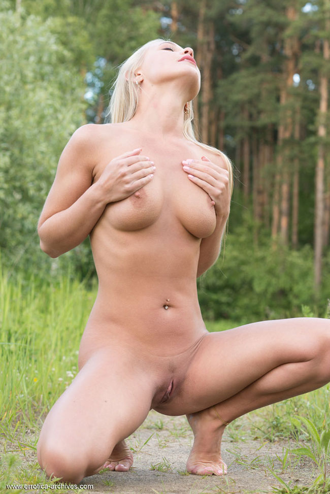 Blonde Beauty Sarika A Naked On The Field Erotic