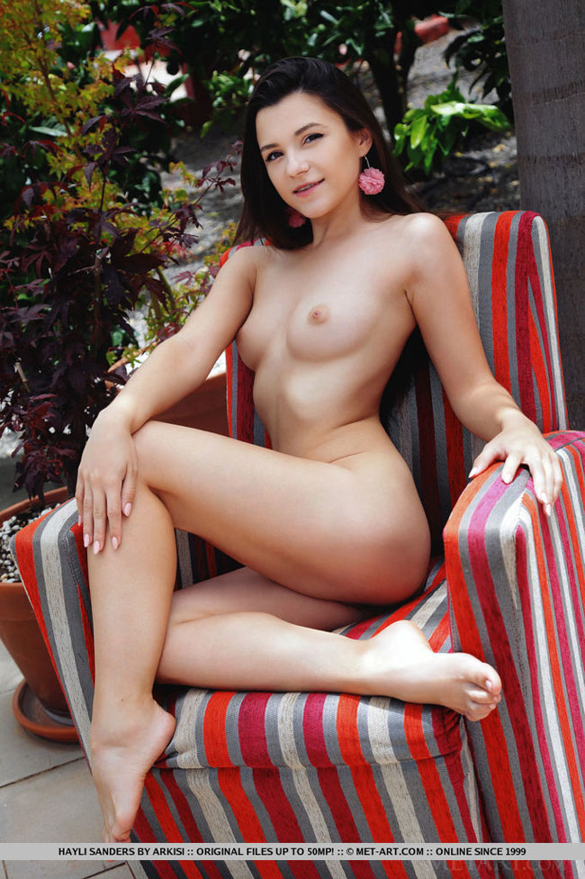 Topless Babe Hayli Sanders Enjoying Tea