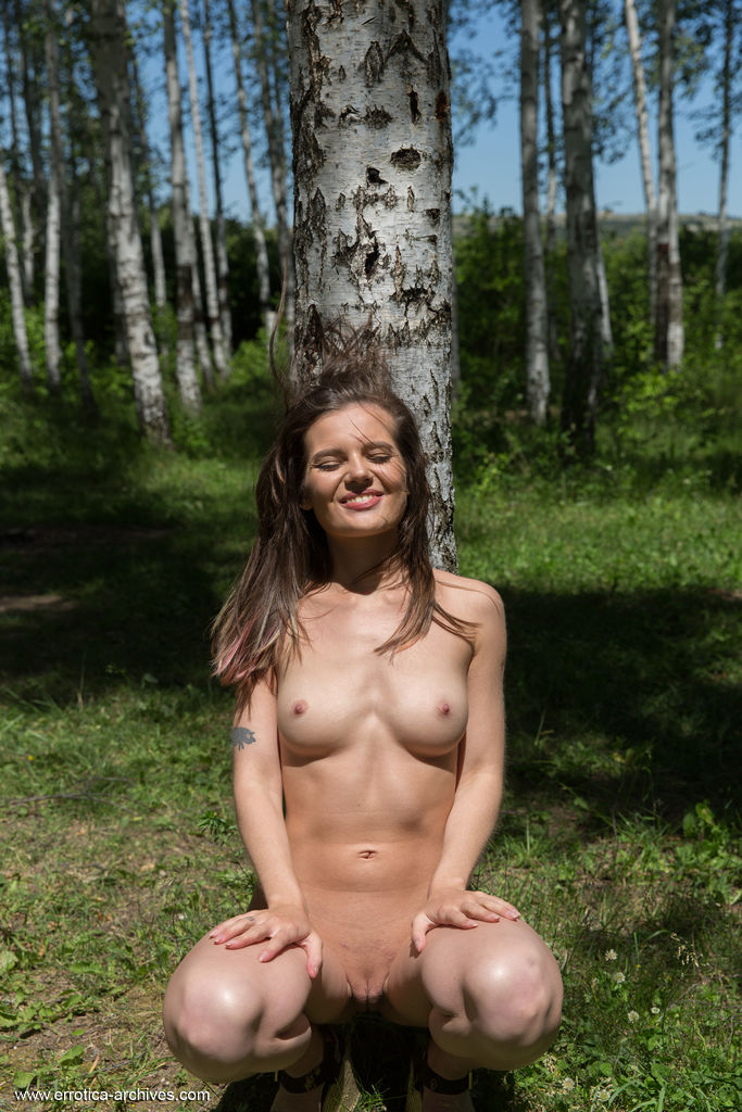 Sexy Brunette Pola Takes Naked Photos In The Forest