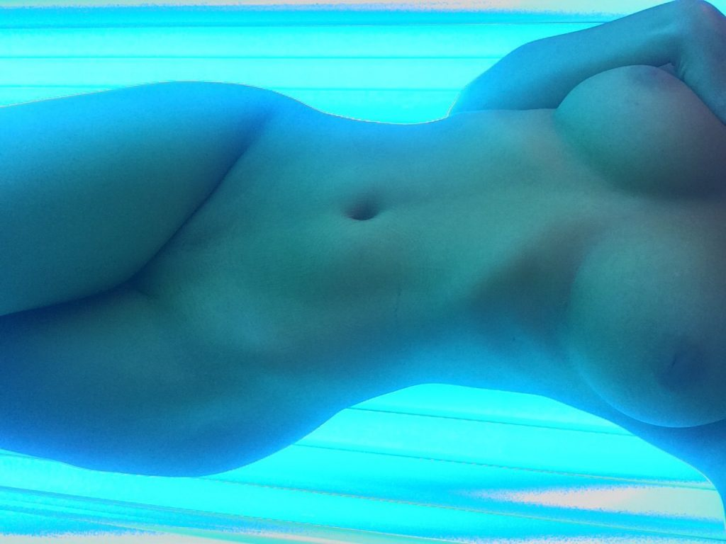 Naked Indoor Tanning Babe Pic