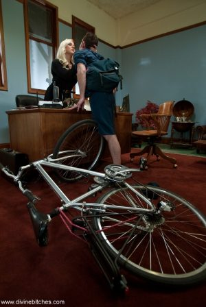 Blonde cougar Alexis Golden abuses a delivery guy's cock in her office