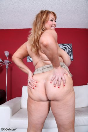 Fat mature woman Samantha 38G exposes her enormous natural tits & big booty