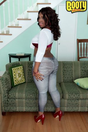 Sexy ebony Cherise Roze pulls down jeans to expose her big ass for fucking