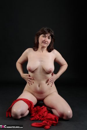 Passionate amateur mature woman gets naked and shows her natural curves