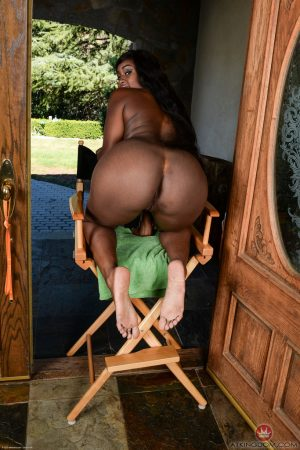 Ebony amateur Camille Amore spreads her pussy lips after flaunting her booty