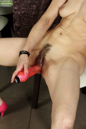 Mature brunette Halle B penetrates her vagina with a dildo on cam