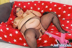 Redhead SSBBW Veruca Darling gets banged by a machine dildo on a futon