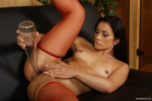 Italian MILF in fishnets Valentina Bianco drinks her pee in a sizzling solo
