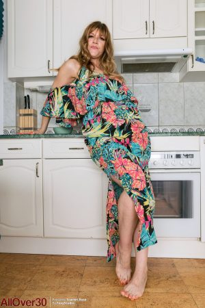 30 plus UK woman Scarlet Rose gets completely naked in her kitchen