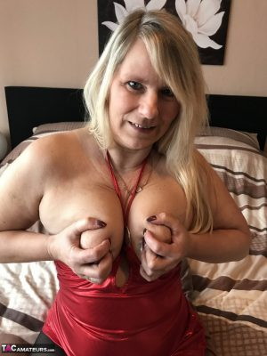 Hot mature Sweet Susi hikes her tight red dress & drops her black pantyhose