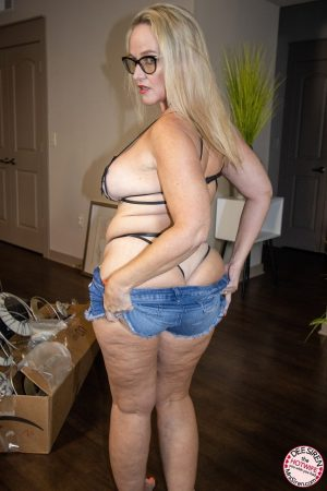 Mature PAWG Dee Siren undressing and showing her curves in her lingerie