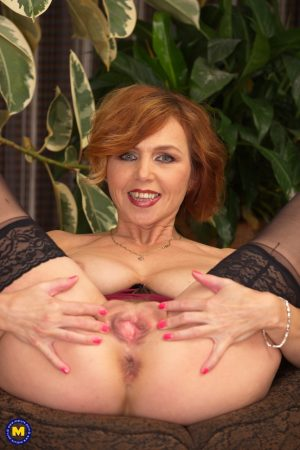 Amateur MILF Veronica Bella shows her perfect tits & slides a toy in her muff