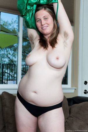 Plump solo model Lindsay sticks a finger in her stretched out beaver