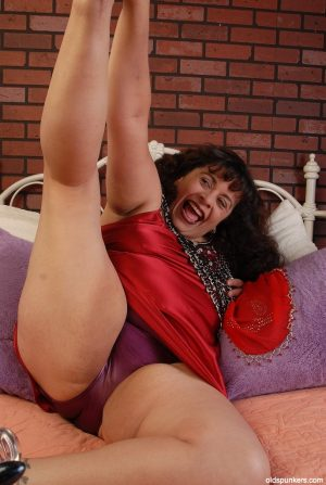 Fatty Latina Richelle penetrates her hole using this nice glass dildo!