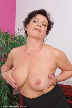 Slutty mature mom Jessica Wild frees big saggy tits & spreads her aging pussy