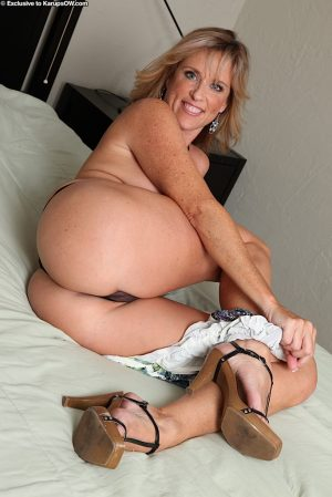 Busty mature lady Jodi brings herself to orgasm with her favourite sex toy