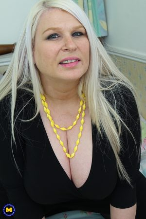 Chubby blonde wife Sammy Sanders reveals her huge boobs and tasty cunt