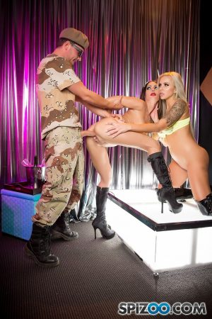 Buxom MILF stripper Jessica Jaymes & pal share cumshot in onstage threesome