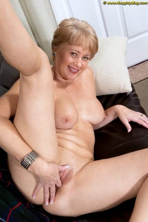 Mature lady with short hair completely disrobes before a finger fuck