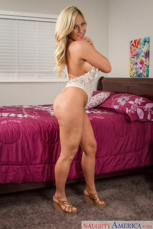 Blonde cougar Olivia Austin unveils her amazing boobs & poses naked in a solo