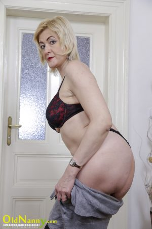 Mature granny Evi reveals her hot bosom and toys her cunt in stockings