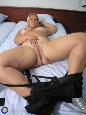 Amateur BBW Gertie shows her fat ass and stretches her devastated muff