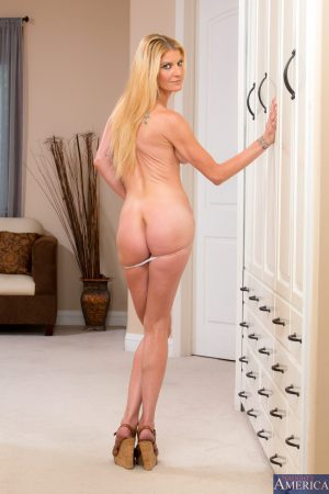 Tall thin MILF Robbye Bentley peels to spread her petite ass on the floor