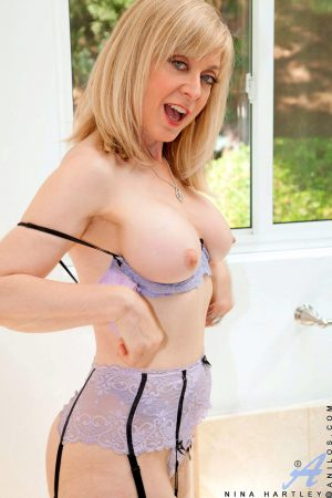 Sexy granny in hot lingerie Nina Hartley toys her twat after a foamy bath