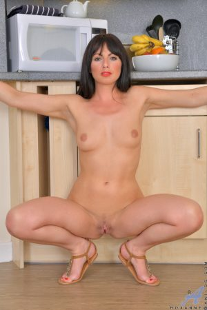 Sexy amateur MILF Roxanne teases with her hot curves in the kitchen