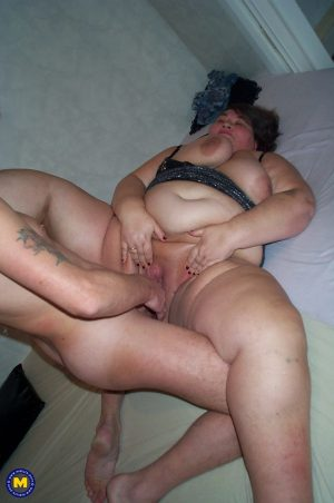 Slutty mature BBW Rosie gets her fat pussy and mouth boned by her admirer
