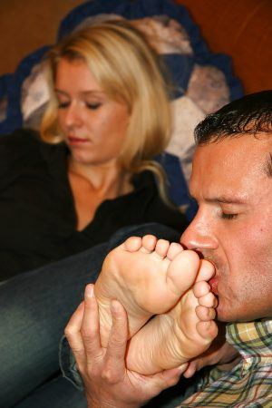 Foot fetish chick gets her feet licked and gives a footjob