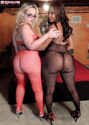 PAWG Dee Siren and big bottomed black girl Lexi A'Mor team up for a threesome