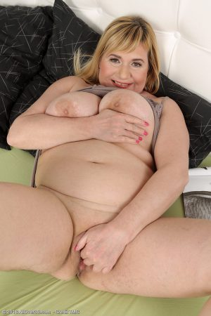 Busty blonde BBW mature Venuse spreading naked & toying on her knees