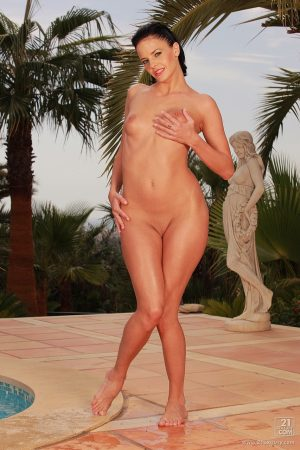 Hungarian babe Liz Valery peels off her bikini and shows meaty pussy