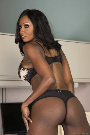 Black MILF Diamond Jackson exposes her big breasts and stretches her muff