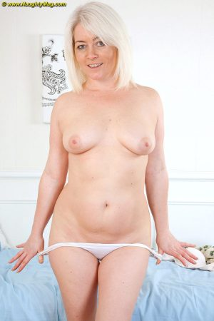 Mature blonde plumper Amber Jewell makes her nude debut atop her bed sheets