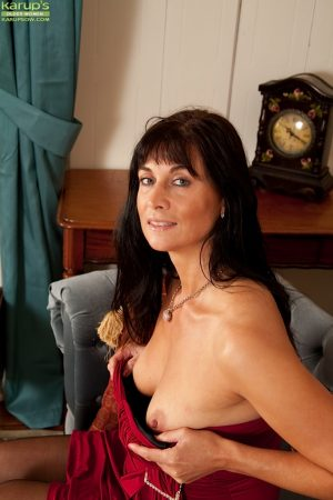 Dark haired mature lady Lelani Tizzie giving a closeup of her pink pussy