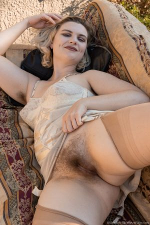 Glamorous amateur blonde Quinn Helix exposes her hairy twat in sexy lingerie
