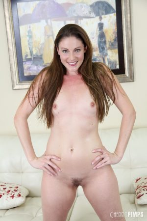 Mature brunette Samantha Ryan reaches orgasm while toying herself on the sofa