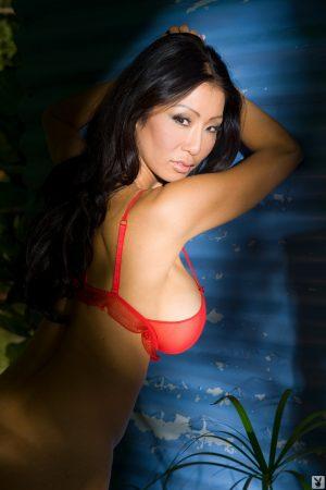 South Korean bombshell Kiana Kim reveals her big breasts at photo shoot