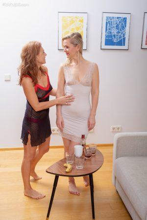 Mature lesbians Midge Mayor & Drugaya lick and toy pussies on sofa