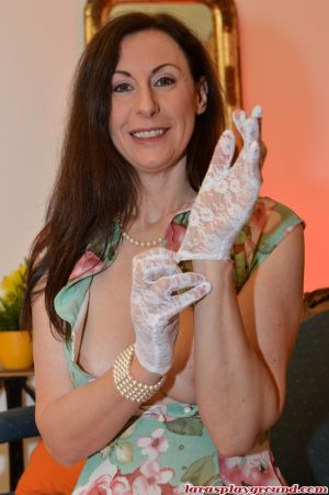 Mature amateur Lara Latex wears lace gloves to finger her horny pussy