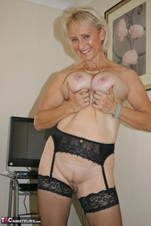 Mature British lady Sugarbabe creams her pussy while finger fucking in hosiery