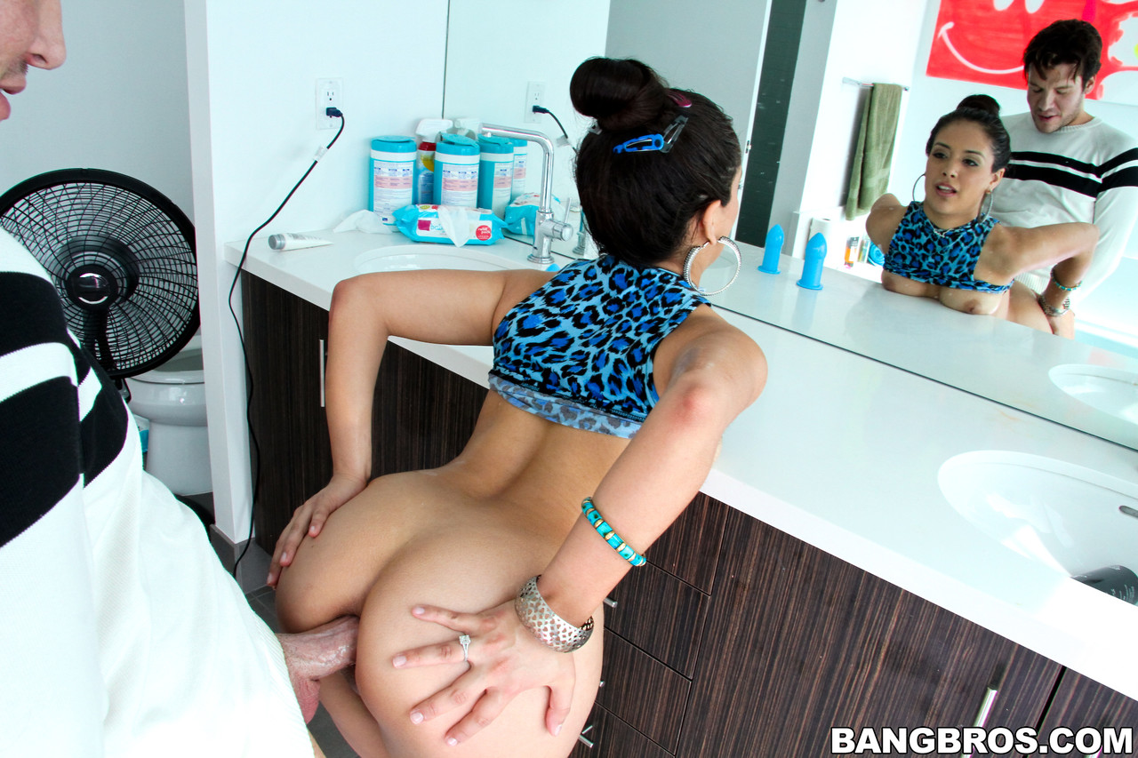 Sexy babe Jynx Maze shows her fat ass and takes a boner in her anal hole