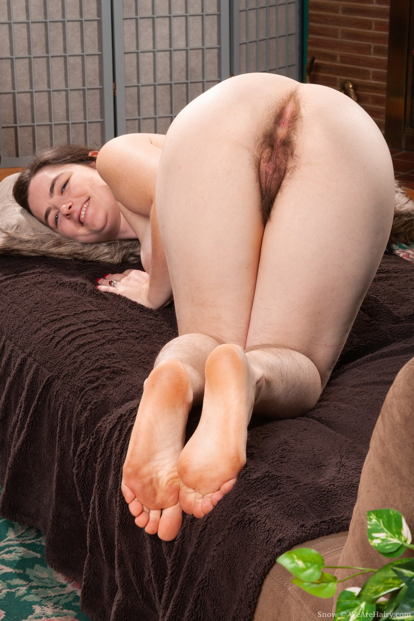 Busty amateur housewife Snow displaying her hairy body and furry crotch