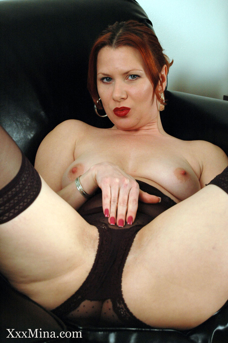 Redhead amateur Mina Gorey dildos her shaved pussy in stockings and heels
