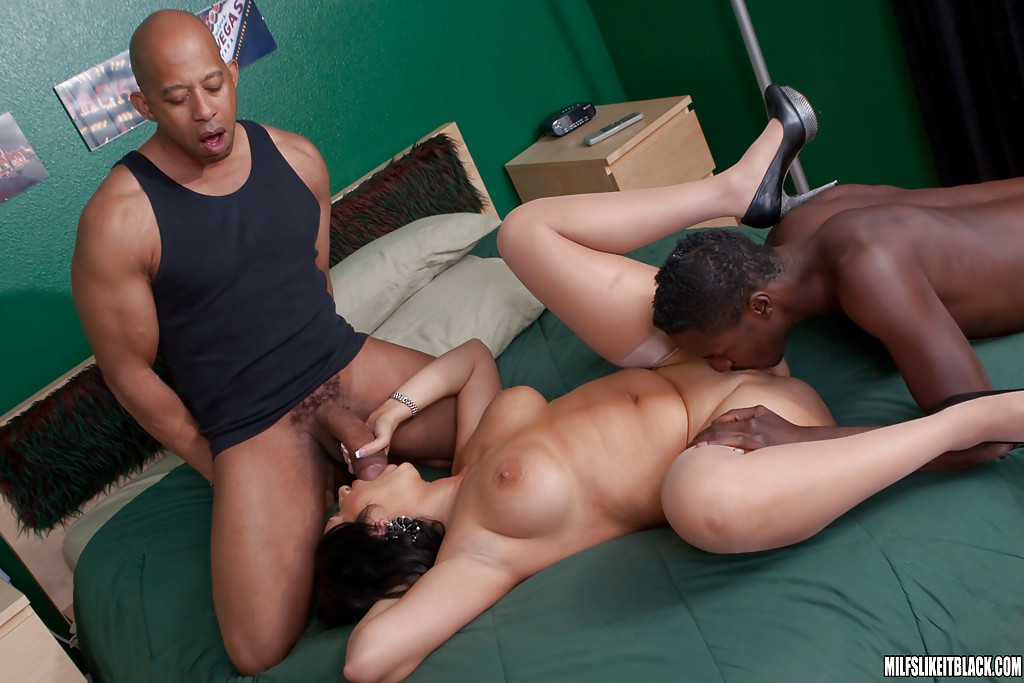 Fatty MILF babe Vannah Sterling doesn't mind two black cocks at a time