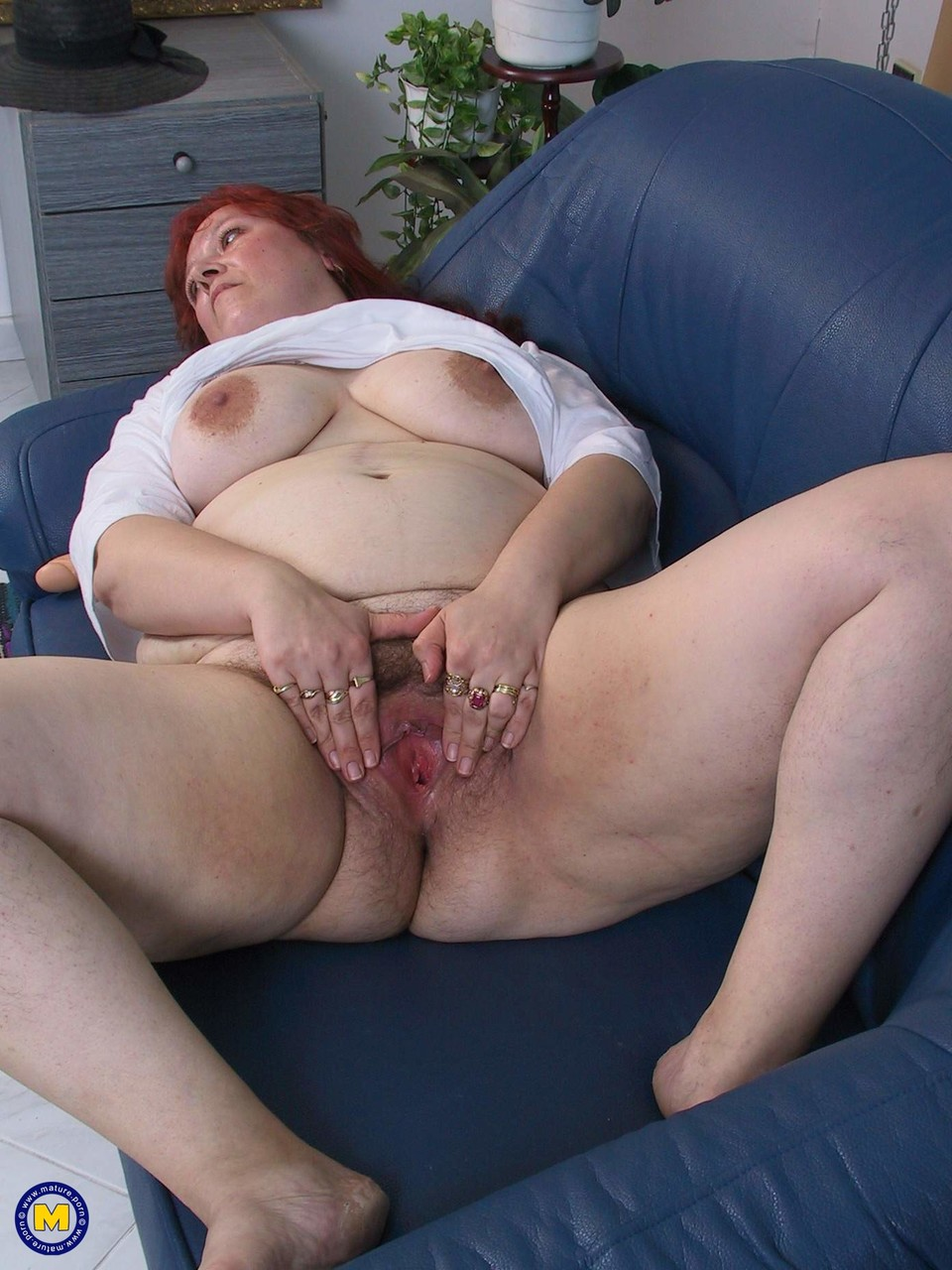 Mature Wenda fingering & dildoing her hairy pussy after sucking a small cock
