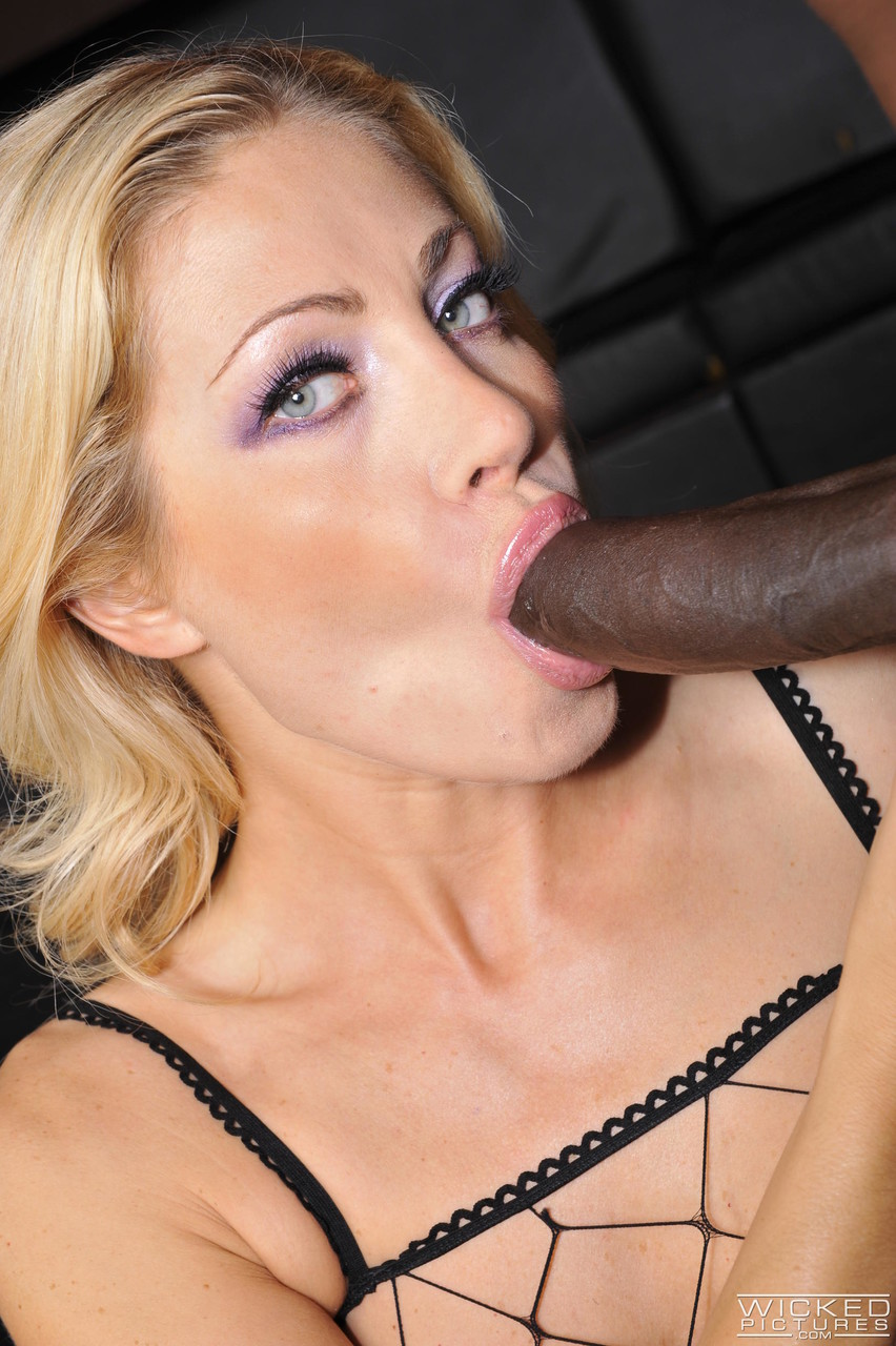 Italian MILF in fishnets Vittoria Risi gets anally penetrated by a black bull